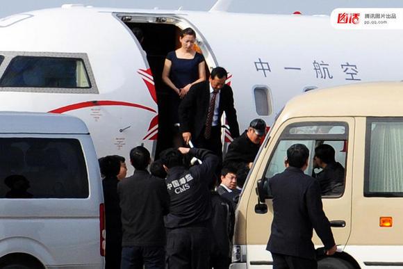 """2010年4月24日,赵本山乘坐专机""""本山号""""游览浙江普陀"""