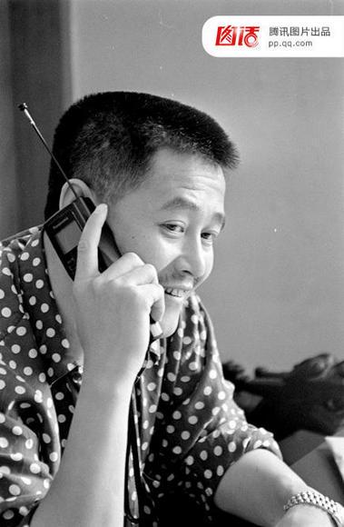 """1993年,赵本山使用""""大哥大""""。"""