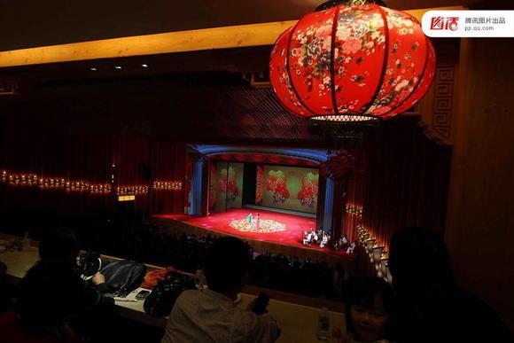 """2012年,""""刘老根大舞台""""长春旗舰剧场,该剧场是中国最大的""""二人转剧场""""。"""